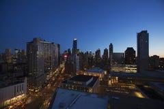 在看起来从林肯中心,纽约,纽约,美国的黄昏的纽约地平线南下来百老汇 免版税库存图片
