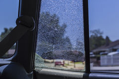 在看里面的被打碎的后方车窗  库存图片