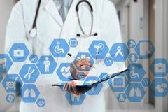 在真正触摸屏和医生上的医疗网络连接与听诊器在医院背景中 库存图片
