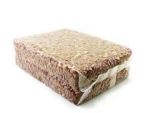 在真空包装的红褐色的米在白色背景 免版税库存图片