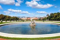 在眺望楼庭院,维也纳里降低小瀑布喷泉 库存图片