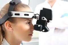 在眼科医生,检眼计的视力测验 免版税库存照片