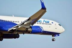 在着陆之前的乘客飞机蓝色的喷气式飞机在肖邦机场 库存图片