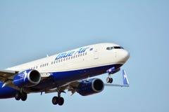 在着陆之前的乘客飞机蓝色的喷气式飞机在肖邦机场 免版税库存图片