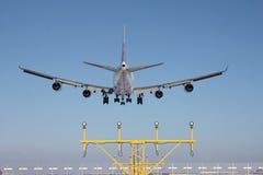 在着陆之前的飞机 库存照片