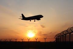 在着陆之前的飞机 免版税库存图片