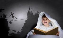 读在睡眠前 免版税库存图片