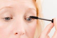 在睫毛应用的染睫毛油 库存图片