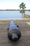 在瞄准海湾的一个老堡垒的佳能 库存图片