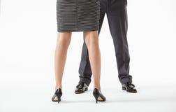 在矛盾的姿势的无法认出的商人的腿 库存照片