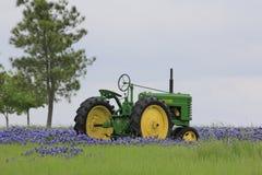 在矢车菊的拖拉机 免版税库存照片
