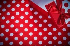在短上衣小点红色织品庆祝概念的被打开的礼物盒 免版税库存照片