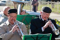 在短号的两位音乐家戏剧在前景 免版税库存图片