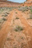 在短的峡谷的沙漠路 免版税库存照片