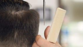 在短的栗子头发的一个宏观看法用剪刀切开了 影视素材