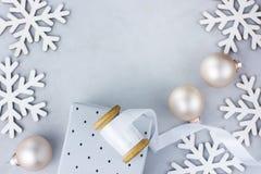 在短管轴贺卡海报横幅的圣诞节新年框架安排雪剥落中看不中用的物品礼物盒白色丝绸丝带 库存图片