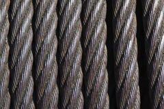在短管轴的老生锈的钢缆绳 库存图片