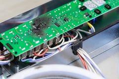 在短路以后的被烧的绿色微集成电路由于水损伤 厨灶损坏的过热控制板板  免版税库存图片