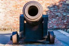 在石地板上的巨大的中世纪短程高射炮枪作为各种各样的火炮武器的室外博览会一部分在贝尔格莱德疆土的  免版税图库摄影