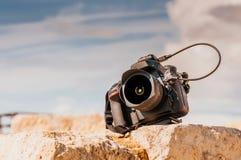 在石块顶部的专业数字照相机 关闭 库存图片