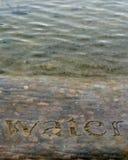 在石垂直的水 免版税库存照片