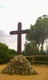 在石基地的木十字架 免版税图库摄影