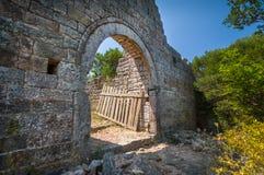 在石堡垒墙壁的老门 免版税图库摄影