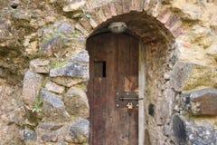 在石塔的木门 免版税库存图片