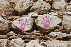 在石墙上的儿童的handprint 库存照片