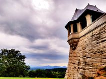 在石墙上的塔 库存照片