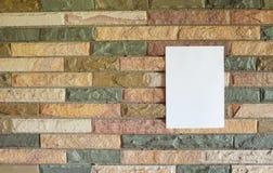 在石墙上的纸 免版税图库摄影