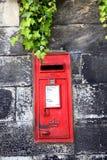 在石墙上的老邮箱 库存照片