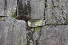 在石墙上的裂缝 免版税库存照片