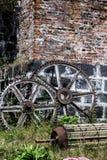 在石墙上的齿轮 库存照片