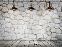 在石墙的灯在木地板室 免版税库存图片