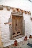在石墙的老木门 库存图片
