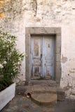 在石墙的老蓝色门 库存图片