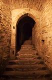 在石墙的门在晚上 库存图片