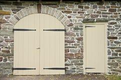 在石墙的门 免版税库存照片