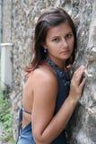 在石墙附近的女孩 免版税图库摄影