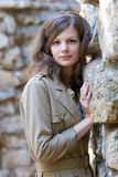 在石墙附近的女孩 免版税库存照片