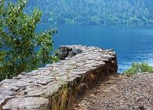 在石墙附近的弯曲的湖 库存照片