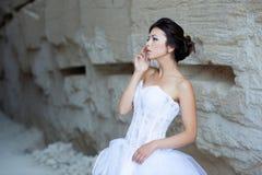 在石墙附近的新娘 免版税库存图片