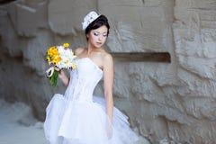 在石墙附近的新娘 免版税库存照片
