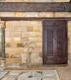 在石墙,开罗,埃及的木华丽门 图库摄影