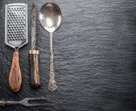 在石墨背景的厨房器物 库存图片