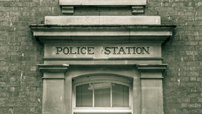 在石大写字母葡萄酒黑色雕刻的警察局和 库存图片