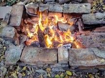 在石头外面的壁炉边露天 库存照片