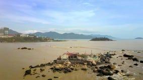 在石头的佛教寺庙在反对城市Scape的沙子海 影视素材