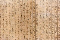 在石头的埃及象形文字的字符的 免版税库存照片